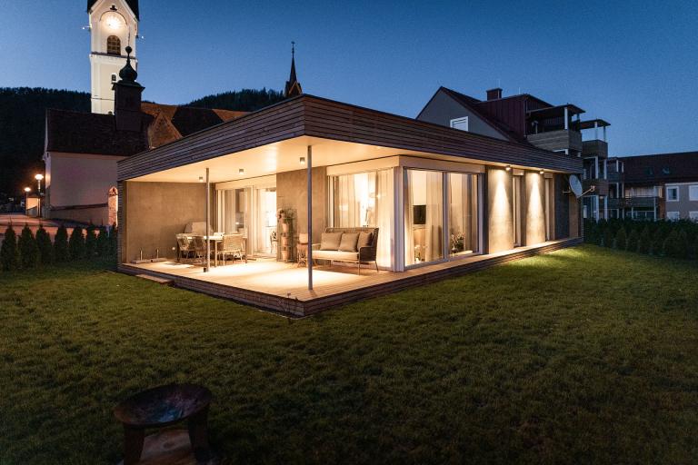EFA-Haus-MariaLankowitz-01, Abstimmung EFA-Haus, Terrasse mit Beleuchtung und Kirche im Hintergrund