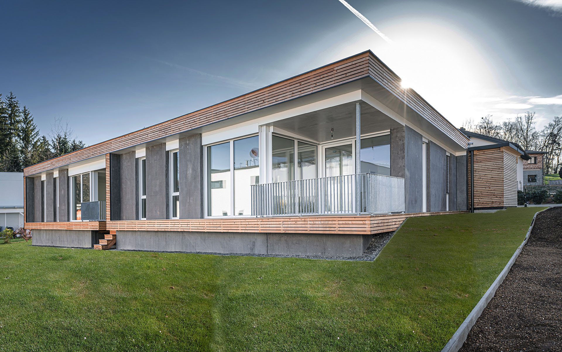 EFA-Haus-Voitsberg-2021-a, Ansicht schräg seitlich von vorne mit Abstellraum, Eingangsbereich und Terrasse
