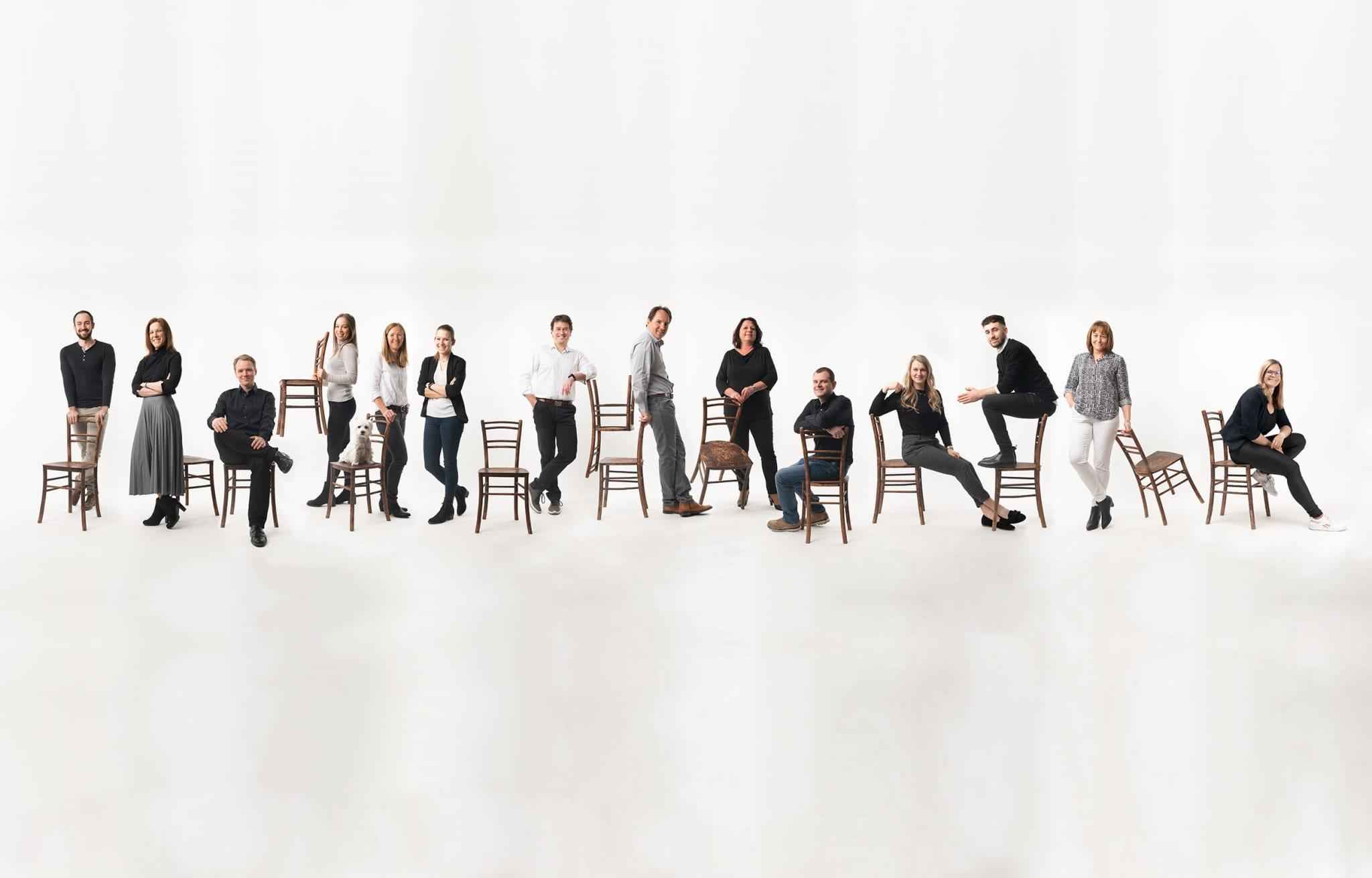Artivo Team - Gruppenfoto mit allen Mitarbeiter:innen und den beiden Geschäftsführeren Josef Schriebl und Wolfgang Rothschädl